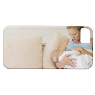 Bebé de amamantamiento de la mujer iPhone 5 Case-Mate protectores