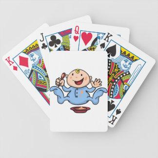 Bebé de destete lindo feliz que juega con la comid barajas de cartas