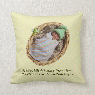 Bebé de la arcilla en cesta: Cita sobre bebés Almohada