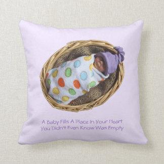 Bebé de la arcilla en cesta: Cita sobre bebés Cojines