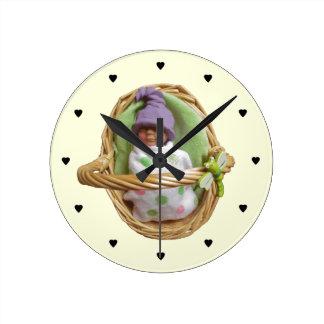Bebé de la arcilla en cesta: Cuarto de niños: Escu Reloj Redondo Mediano