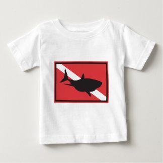 Bebé de la bandera del salto del tiburón playera de bebé