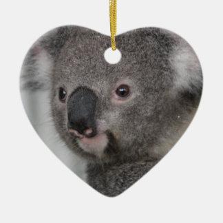 Bebé de la koala adorno navideño de cerámica en forma de corazón