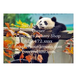 Bebé de la panda gigante sobre el árbol tarjetas de visita grandes
