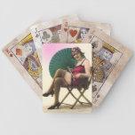 Bebé de la playa del vintage que lleva a cabo juga baraja de cartas