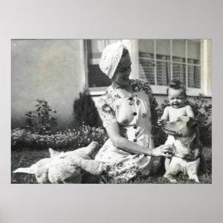 bebé de la señora y poster del perro