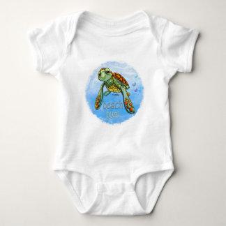 Bebé de la tortuga de mar del vago de la playa polera