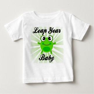 Bebé del año bisiesto, camiseta linda del bebé de