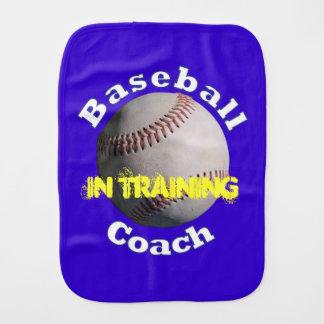 Bebé del entrenador de béisbol en el entrenamiento paños de bebé