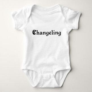 Bebé del niño cambiado por otro tshirts