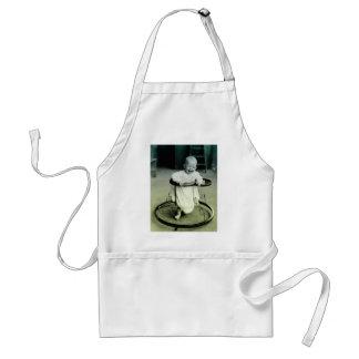 Bebé del vintage en un caminante delantal