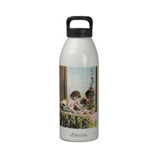 Bebé del vintage en un tocador botellas de agua reutilizables