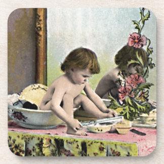 Bebé del vintage en un tocador posavasos