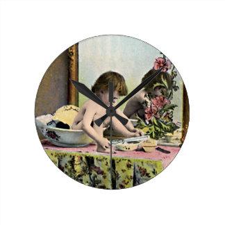 Bebé del vintage en un tocador reloj