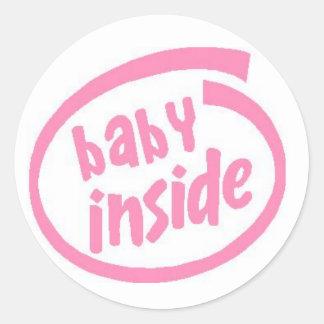 Bebé dentro del rosa de botón pegatina redonda
