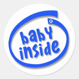 Bebé dentro pegatina redonda