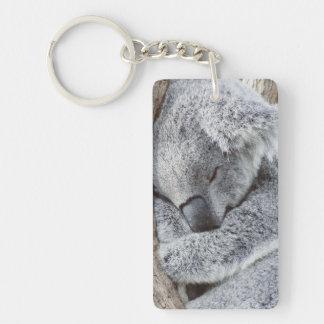 bebé durmiente de la koala llavero rectangular acrílico a una cara