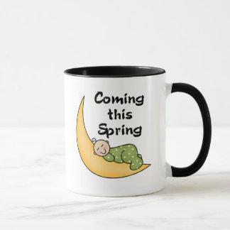 Bebé el la primavera de la luna taza