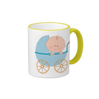 Bebé en carro taza de dos colores
