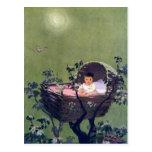 Bebé en cuna en nana del árbol postal