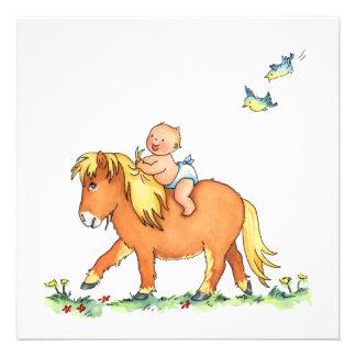Bebé en el caballo del potro - invitación del naci