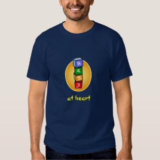 Bebé en el corazón camisas