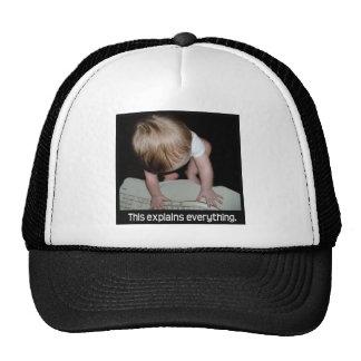 Bebé en el gorra del teclado