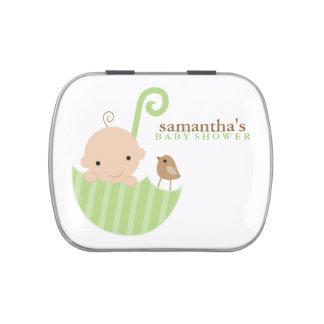 Bebé en fiesta de bienvenida al bebé verde del latas de caramelos