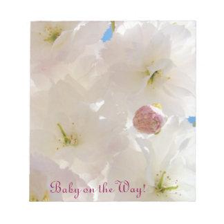 Bebé en la mamá mullida de la flor del flor de las blocs de notas