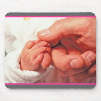 bebé en manos de los papás alfombrillas de ratón