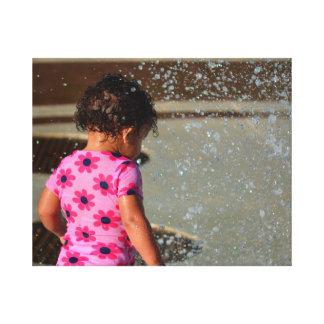 bebé en rosa en fuente impresión de lienzo