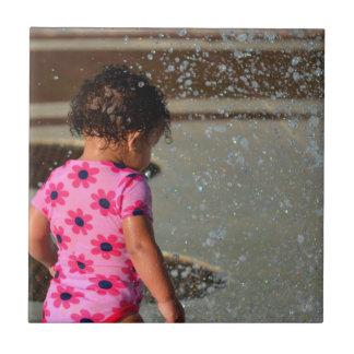 bebé en rosa en fuente teja  ceramica