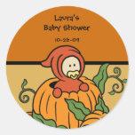 Bebé en un pegatina del naranja de la calabaza