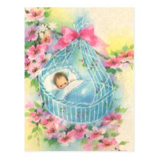 Bebé en una cesta azul tarjetas postales
