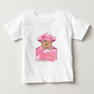 Bebé en una versión 2 giftbox-rosada playera de bebé