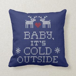 Bebé, es almohada exterior fría del punto del