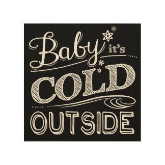 Bebé es nevadas exteriores frías del invierno de impresión en madera