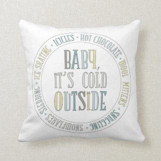 Bebé es palabras exteriores frías del invierno de cojín
