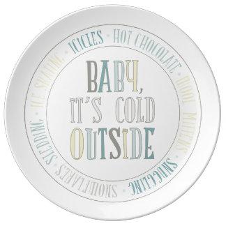 Bebé es palabras exteriores frías del invierno de plato de cerámica
