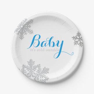 Bebé es placas exteriores frías (el muchacho) platos de papel