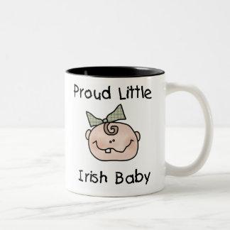 Bebé irlandés orgulloso del chica taza