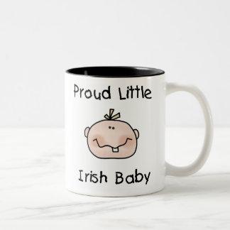 Bebé irlandés orgulloso del muchacho taza de café