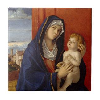 Bebé Jesús que sostiene la pera del oro Azulejo Cuadrado Pequeño