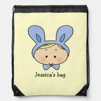 bebé lindo con un gorra del conejito - añada el no mochilas