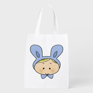 bebé lindo con un gorra del conejito bolsas para la compra