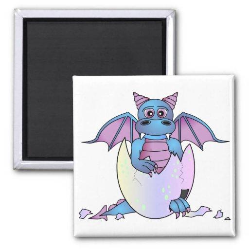 Bebé lindo del dragón en el huevo agrietado - azul imán para frigorífico
