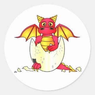 Bebé lindo del dragón en el huevo agrietado - pegatina redonda