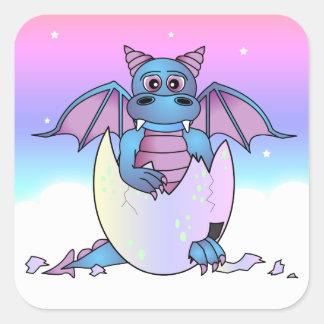Bebé lindo del dragón en el huevo agrietado - pegatina cuadrada
