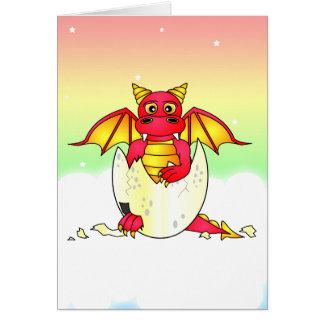 Bebé lindo del dragón en el huevo agrietado - rojo tarjeta de felicitación