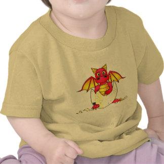 Bebé lindo del dragón en el huevo agrietado - rojo camiseta